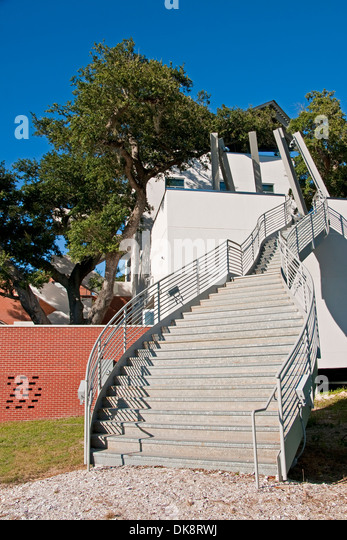 Ohr-O'Keefe Museum of Art, designed by Frank O. Gehry, under majestic oaks along Mississippi Sound on Gulf Coast - Stock Image