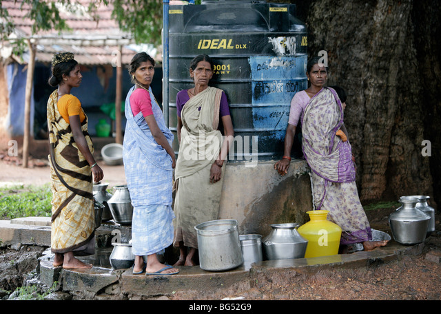Women fetch water from a freshwater tank in a village in Tamil Nadu, India - Stock-Bilder