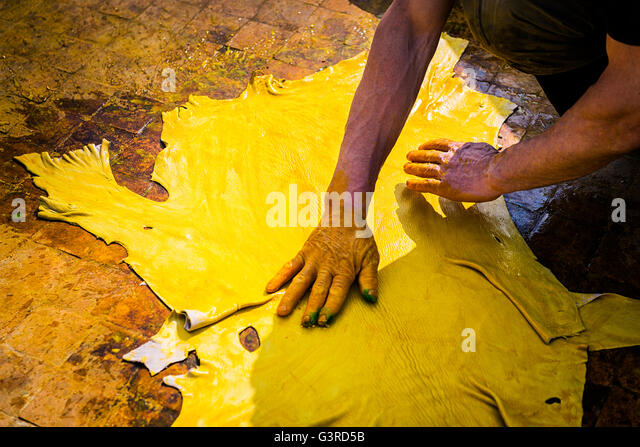 Man working in a tannery in the city of Fez in Morocco. - Stock-Bilder