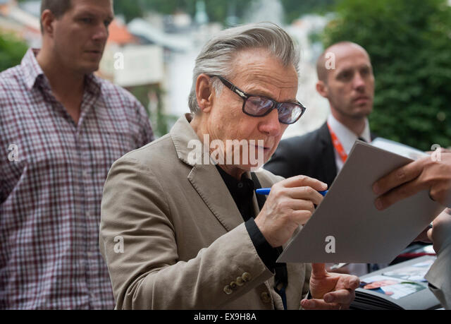 Karlovy Vary, Czech Republic. 9th July, 2015. U.S. actor Harvey Keitel signs his autograph for fans after his arrival - Stock-Bilder