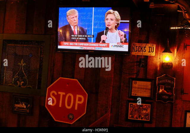 100916 - Bloomington, Indiana, USA: Hillary Clinton and Donald Trump are shown on television facing off in their - Stock-Bilder