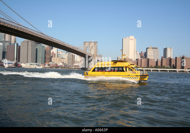 Water taxi, Brooklyn Bridge, Manhattan, New York - Stock Image