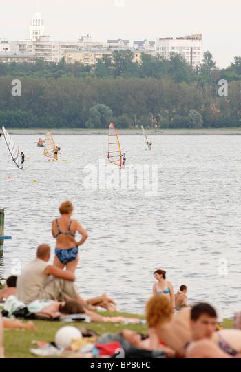 Muscovites relax on the municipal beaches in Strogino - Stock-Bilder