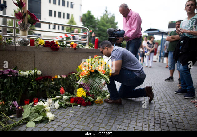 Munich, Germany. 23rd July, 2016. The day after the shooting at Munich OEZ shopping mall people deposite flowers - Stock-Bilder