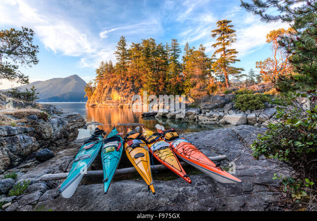 Kayaks rest just above the high tide mark on West Curme Island in Desolation Sound Marine Park. British Columbia, - Stock-Bilder