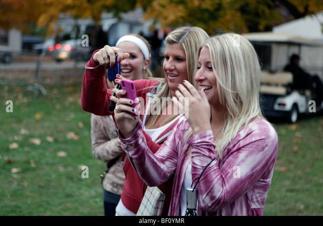 Three women react to seeing actress Whitney Port. - Stock-Bilder
