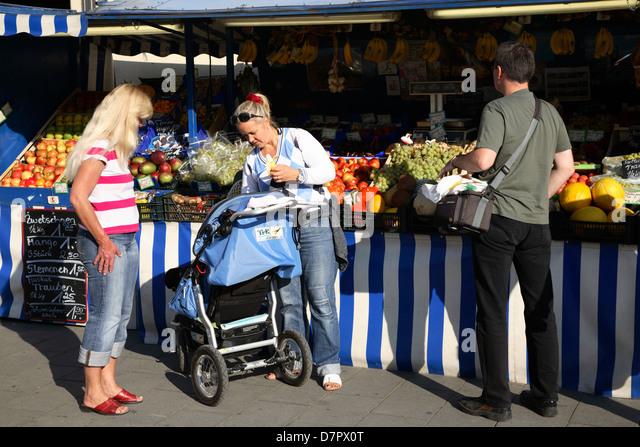 Fruit stall at Leopoldstrasse, Munich, Bavaria, Germany - Stock-Bilder