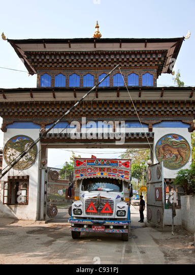 The border post at Samdrup Jongkhar, one of the few crossing points between Bhutan and India - Stock Image