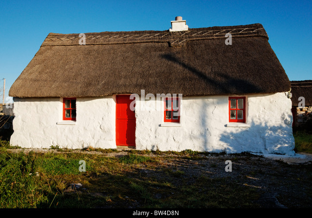 Thatched cottage with red door, near Rossaveel, Connemara, County Galway, Connaught, Ireland. - Stock-Bilder