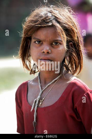 Young homeless girl begging in the streets of Lucknow, Uttar Pradesh, Indien - Stock-Bilder