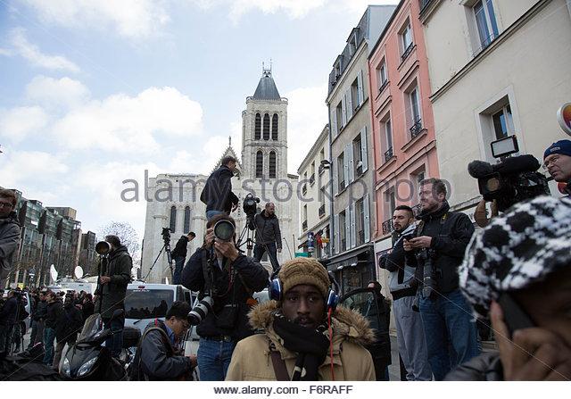 Saint-Denis, France. November 18th, 2015. FRANCE, Saint-Denis: Press photographers and cameramen are seen near a - Stock Image