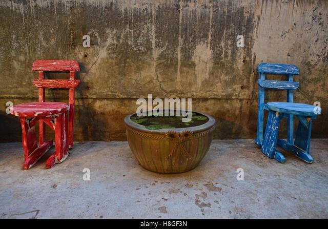 Red and Blue chat at the Sou Heng Tai teakwood Chinese house, Bangkok, Thailand - Stock-Bilder