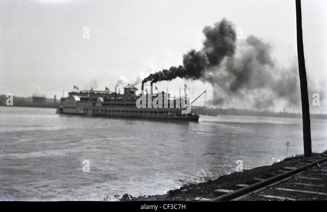 Steam boat on Mississippi or Ohio river during the late 1800s or early 1900s transportation boat travel - Stock-Bilder