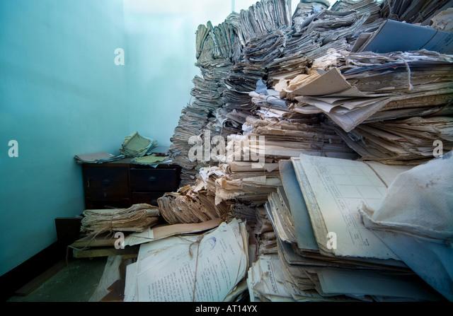 Piles of court files, paperwork, in an archive in Sri Lanka. - Stock-Bilder