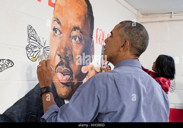 Washington, USA. 16th January, 2017.US President Barack Obama and First Lady Michelle Obama help paint a mural depicting - Stock-Bilder