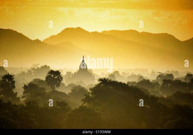 Myanmar Burma Bagan temple in Misty Sunrise - Stock-Bilder