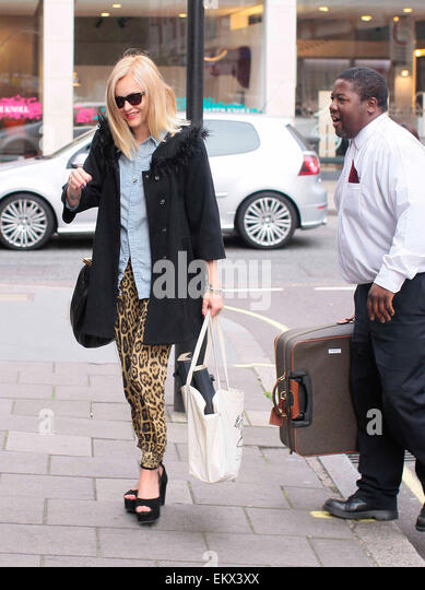 24.AUGUST.2012. LONDON  FEARNE COTTON ARRIVING AT RADIO 1 STUDIOS WITH A SECURITY GUARD CARRYING HER SUITCASE, WHICH - Stock Image