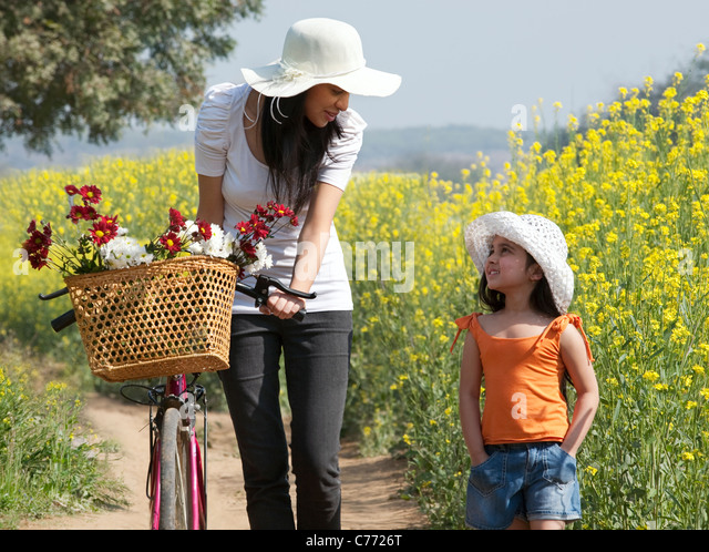 Mother and daughter in a field - Stock-Bilder
