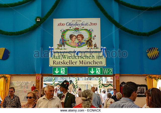 Visitors to Oktoberfest walk beneath sign commemorating marriage of King Ludwig I to Therese of Saxe-Hildburghausen - Stock-Bilder