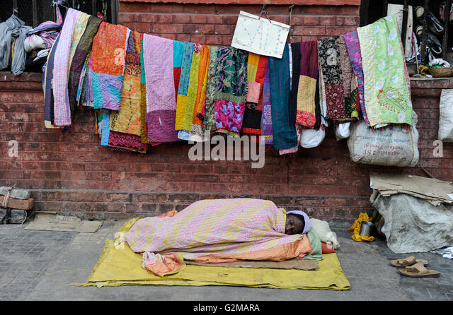 INDIA Westbengal, Kolkata, homeless people, Sale of patchwork blankets / INDIEN, Westbengalen, Kolkata, Obdachlose - Stock-Bilder