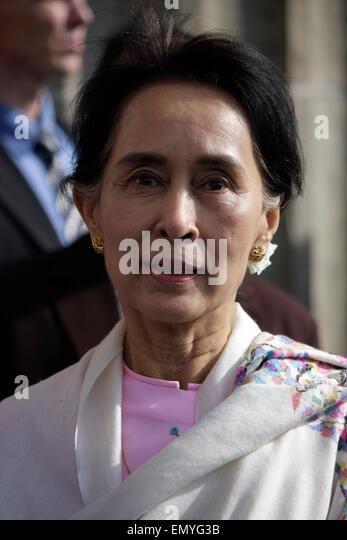 Aung San Suu Kyi - Gang durch das Brandenburger Tor, 12. April 2014, Berlin. - Stock-Bilder