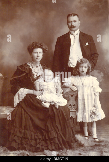 cabinet photograph of Edwardian family group circa 1905 - Stock-Bilder