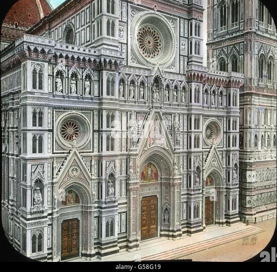 Die Fassade des Domes wurde noch im 14.Jahrhundert begonnen, mit zahlreichen Statuen und Reliefs in Nischen geschmückt, - Stock Image