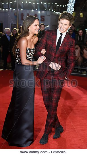 epa05060297 British actor/cast member Eddie Redmayne and Swedish actress/cast member Alicia Vikander (L) arrive - Stock Image