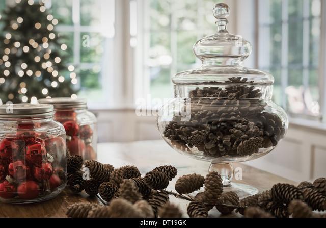 Woodstock New York USA decorative glass jar of pine cones glass baubles - Stock Image