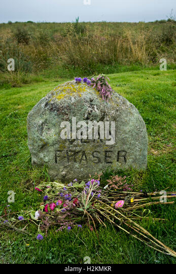 Headstone marking mass grave of fallen Jacobite soldiers of the clan Fraser on the Culloden Battlefield near Inverness, - Stock Image