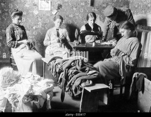 Women stitching and patching, 1916 - Stock Image