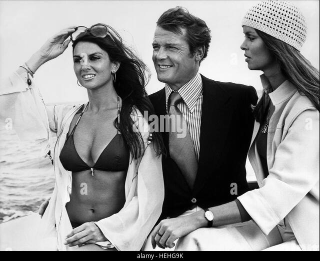 CAROLINE MUNRO ROGER MOORE & BARBARA BACH JAMES BOND: THE SPY WHO LOVED ME (1977) - Stock Image