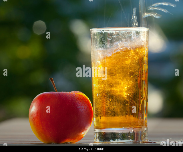 FOOD CONCEPT: Fresh Apple & Glass of Cider - Stock Image