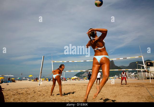Women playing volleyball on Ipanema beach, Rio de Janeiro, Brazil, South America - Stock Image