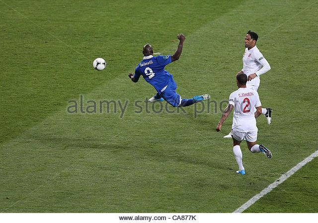 24/06/2012 Kiev. Euro 2012 Football. England v Italy. Mario Balotelli shoots. Photo: Mark Leech. - Stock-Bilder