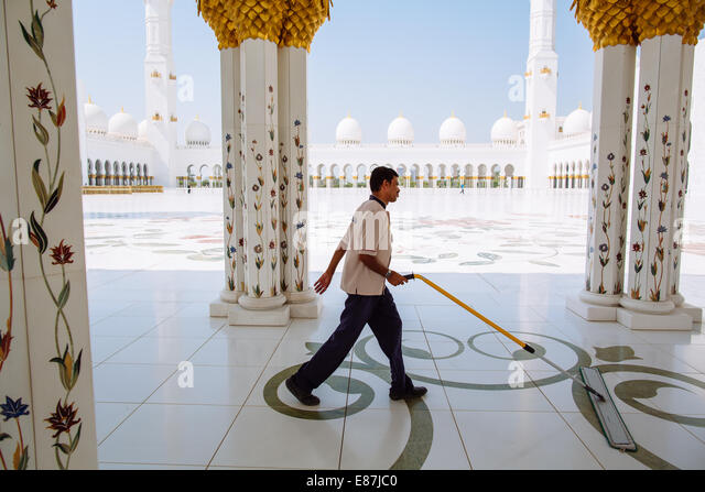 Man cleaning Abu Dhabi Sheikh Zayed Grand Mosque´s floor - Stock Image