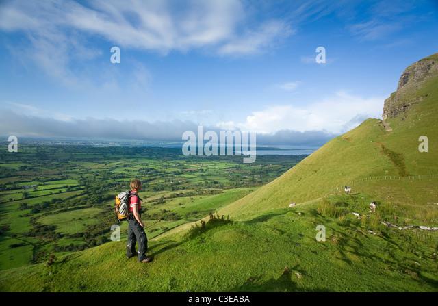 Walker ascending Benbulbin via the Kings Gully track, County Sligo, Ireland. - Stock-Bilder