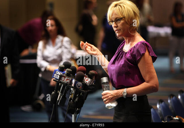 Oct 8, 2009 - Palm Beach Gardens, Florida, U.S. - ERIN BROCKOVICH holds a press conference before meeting with Acreage - Stock-Bilder