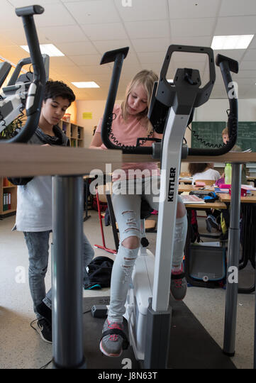 Ronzelen Street, Bremen, Germany. 24th May, 2017. The pupil Daliah of the Ergometer class 5b partakes in class by - Stock Image