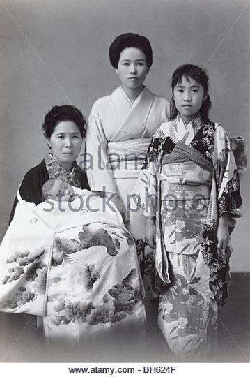formal portrait of Japanese women with new born baby 1965 - Stock-Bilder