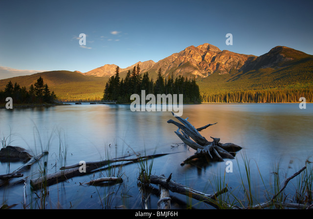 Pyramid Lake and Mountain at dawn, Jasper National Park, Alberta, Canada - Stock Image