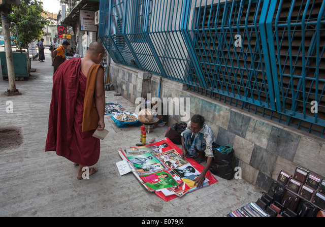 Selling posters of Aung San Suu Kyi on a Yangon street - Stock-Bilder
