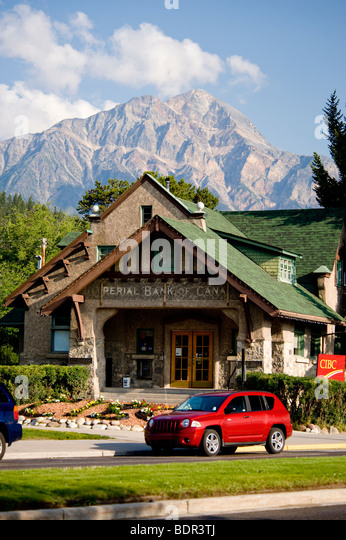 CIBC building (formerly Imperial Bank of Canada) backdropped by Pyramid Mountain, Jasper, Jasper National Park, - Stock-Bilder
