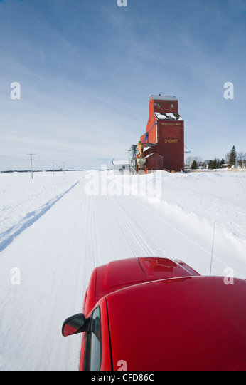 Pick up truck on road, old grain elevator, Dysart, Saskatchewan, Canada - Stock Image