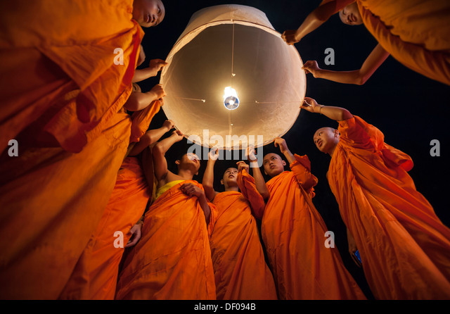 Monks releasing a Kongming lantern or sky lantern for luck during the Loi Krathong or Loy Gratong Festival, Chiang - Stock-Bilder