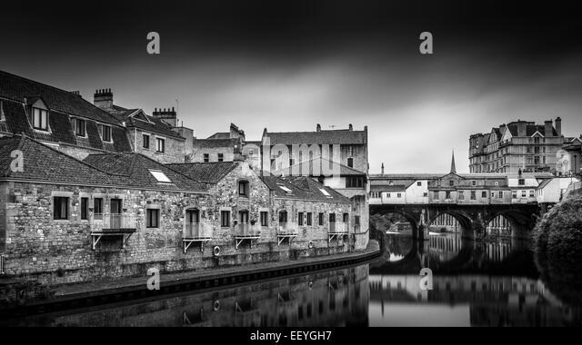 Pulteney Bridge crosses the River Avon in Bath, England - Stock-Bilder
