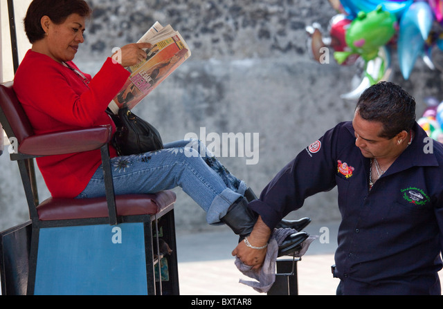 Shoeshine in Hidalgo Plaza in Coyoacan in Mexico City - Stock Image