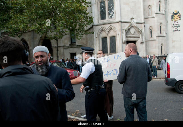 London, UK. 05/10/70. Protesters scuffle with police as Anjem Choudary and his Islamist supporters protesting against - Stock Image