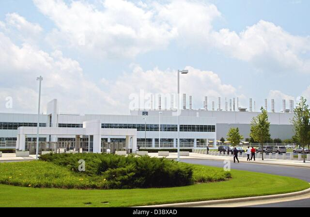 (dpa) - A view towards the main entrance of the DaimlerChrysler assembly plant in Tuscaloosa, USA, 21 July 2003. - Stock Image