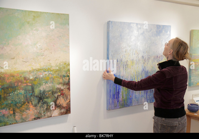 Virginia Alexandria Old Town Alexandria Torpedo Factory Art Center artist in residence painting canvas hang abstract - Stock Image
